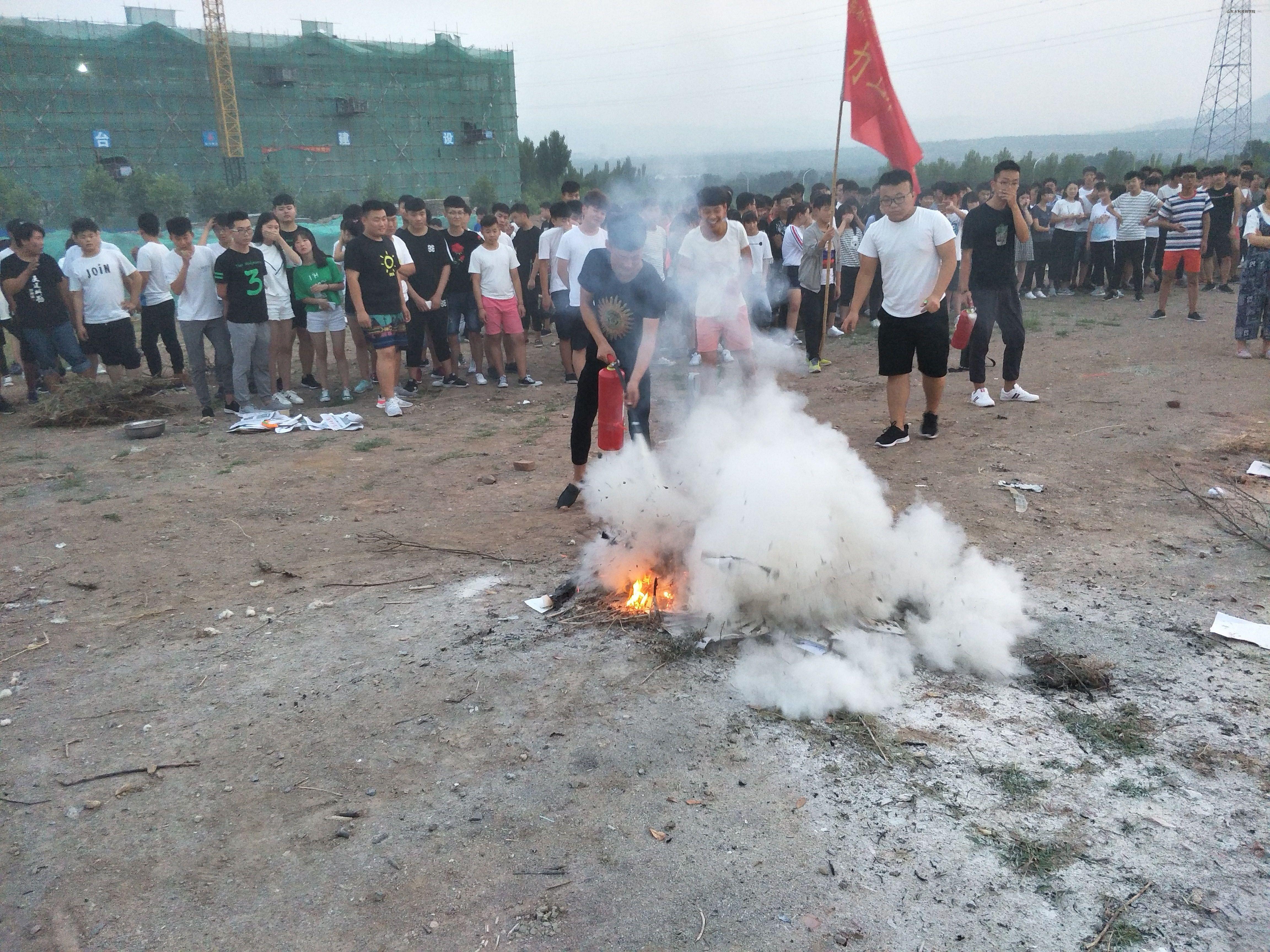 学生代表操作灭火器灭火
